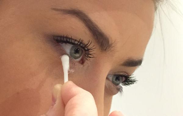 Rengöring av nedre ögonlocket med eye-spa