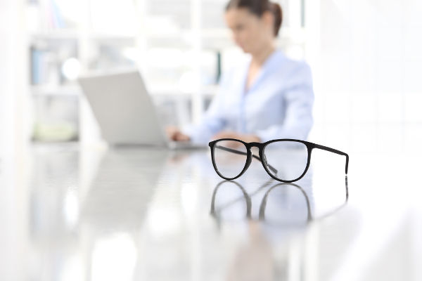Glasögon för att kunna ta linsvila